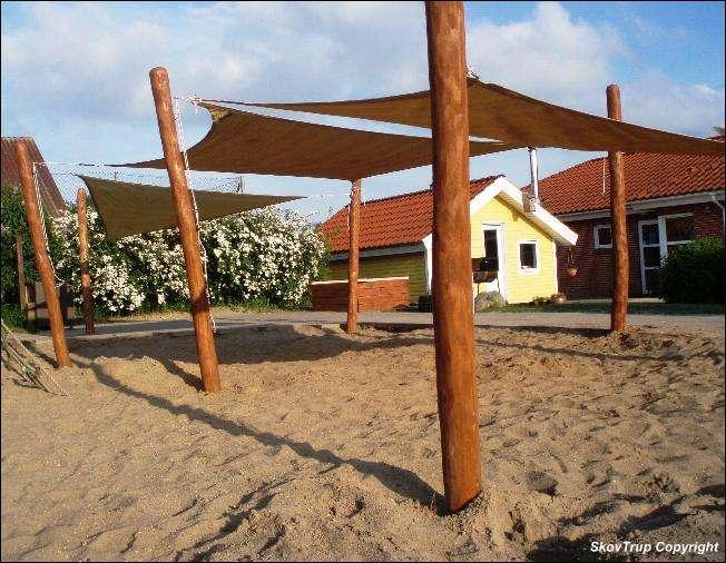 Sandkasse med solsejl og robinie stolper